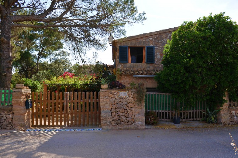 Property for Sale in Charming, south facing finca with 6 bedrooms & 4 bathrooms for sale Portol, Mallorca, Spain